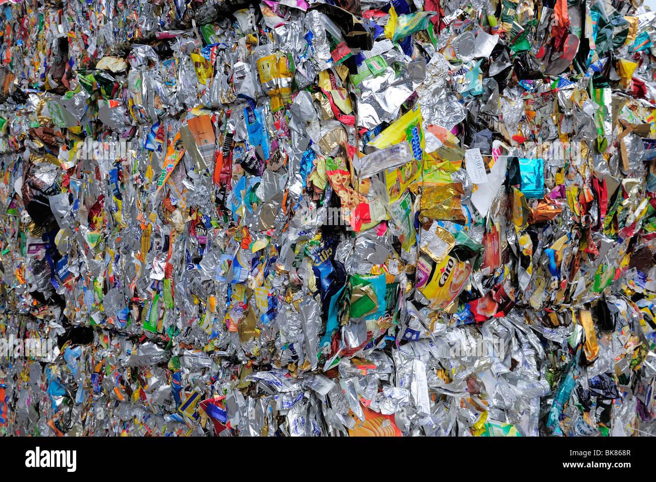 Emballages en aluminium comprimé, chantier de recyclage Photo Stock