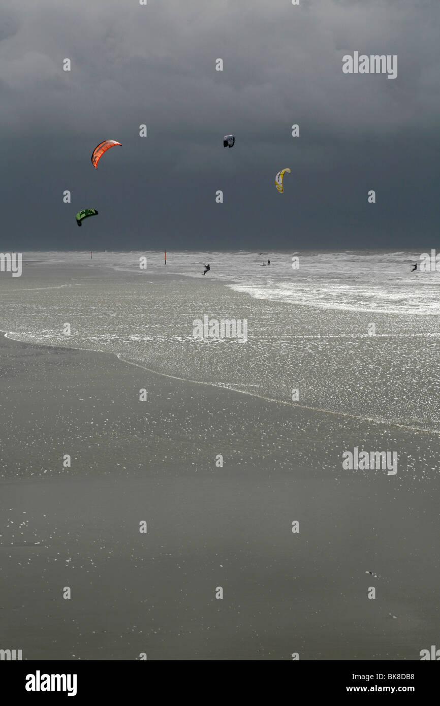 Le kitesurf au cours d'une tempête sur la mer du Nord, Saint Peter Ording, Schleswig-Holstein, Allemagne, Photo Stock