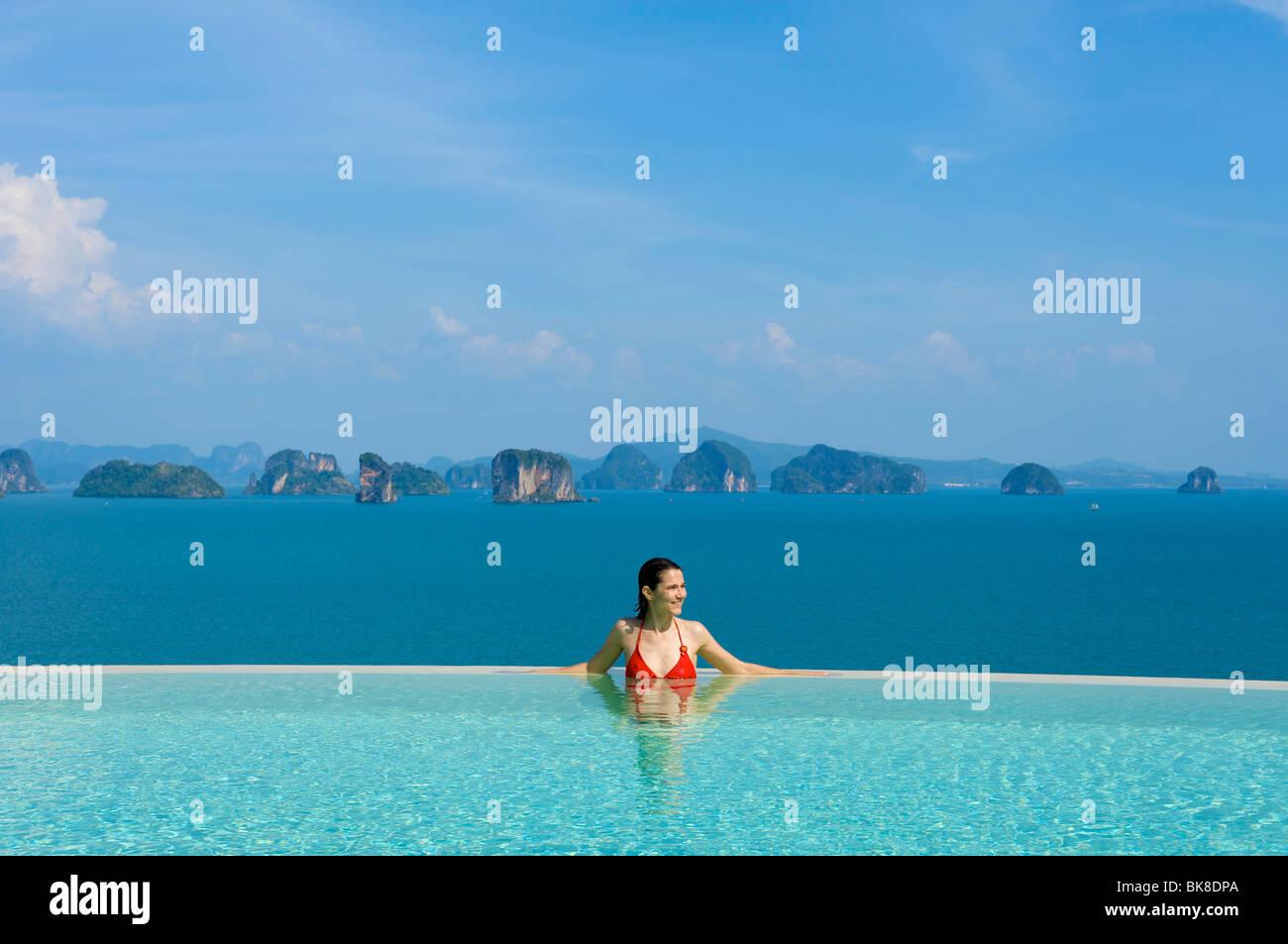 Femme dans la piscine privée d'une suite dans un hôtel de luxe, l'Evason Hideaway Six Senses Yao Photo Stock