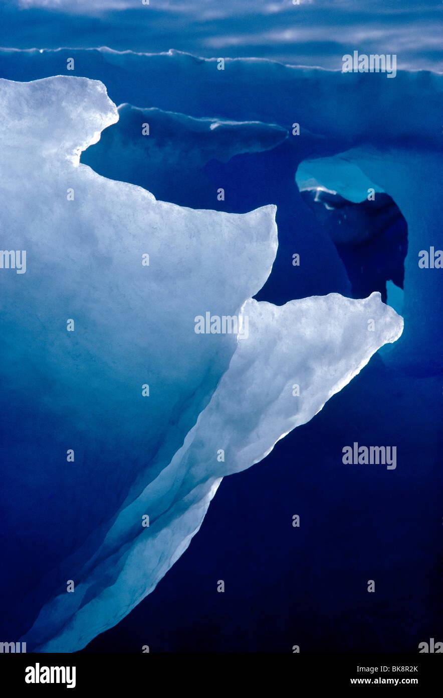 Abstraite de la formation d'icebergs rétroéclairé à historique Kekerten, Île Kekerten, Photo Stock