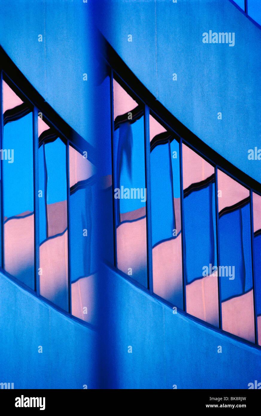 Résumé Vue d'un immeuble de bureaux d'entreprise moderne, y compris des réflexions dans les fenêtres du Ciel de Banque D'Images