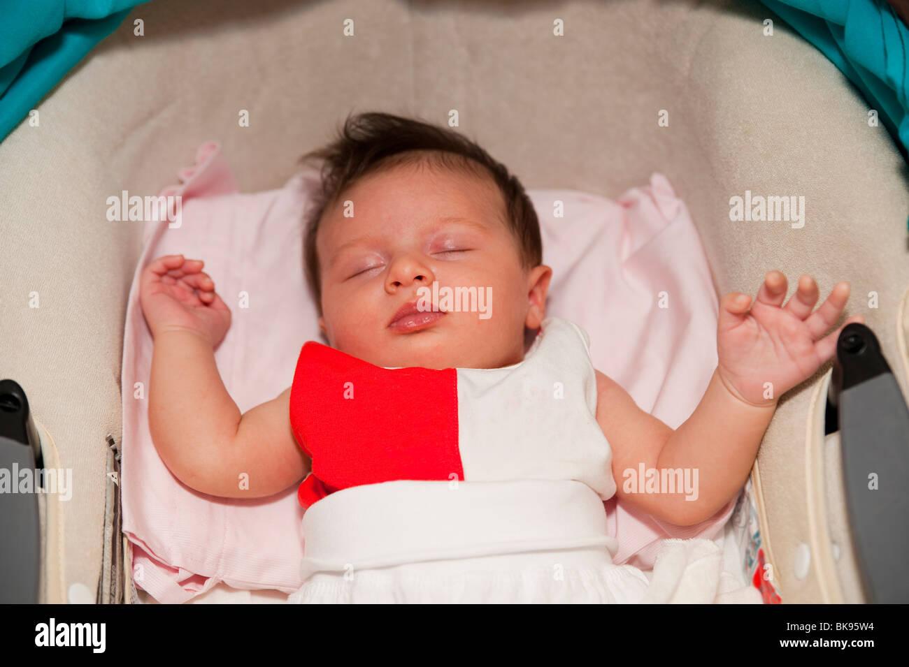 Réflexe de Moro. Bébé endormi Photo Stock