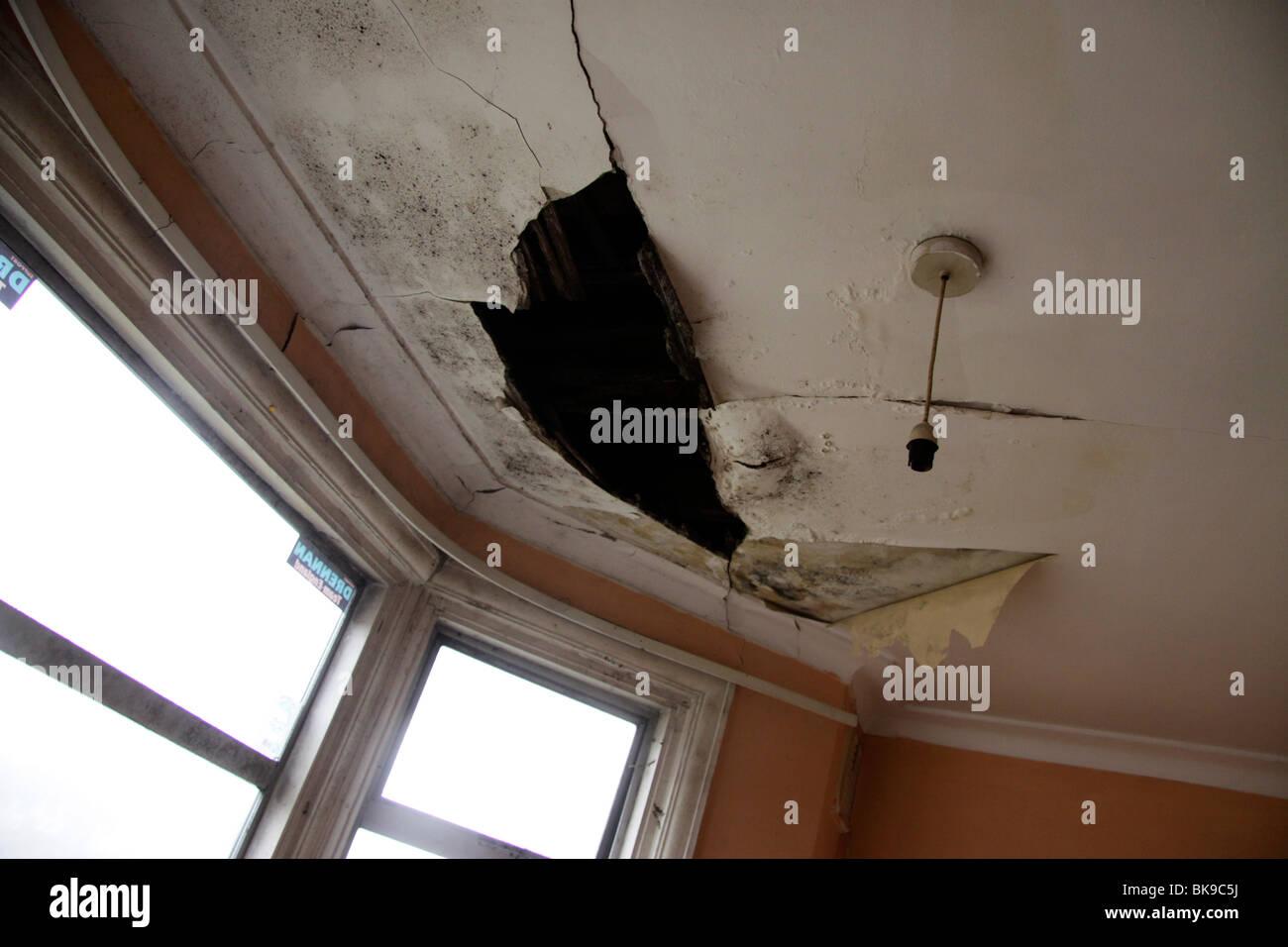 Plafond Endommagé Par Leau Dun Toit Qui Coule Banque Dimages