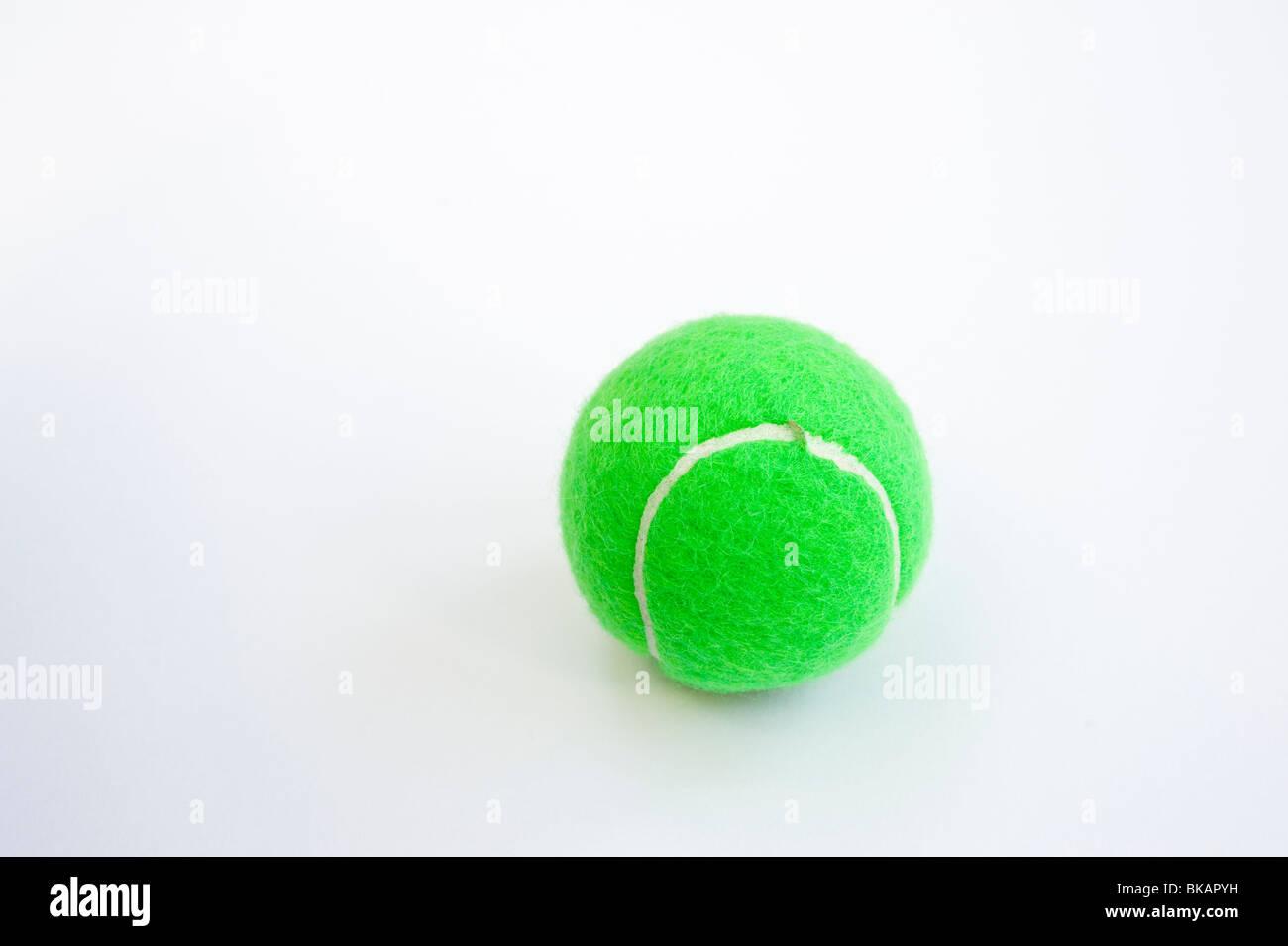 026a1843c7423 Balle de tennis verte utilisée pour les enfants's tennis Banque D ...