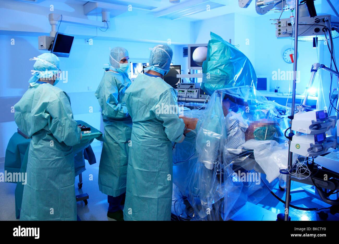 La chirurgie, hôpital salle d'opération, la chirurgie arthroscopique d'une hanche. Photo Stock