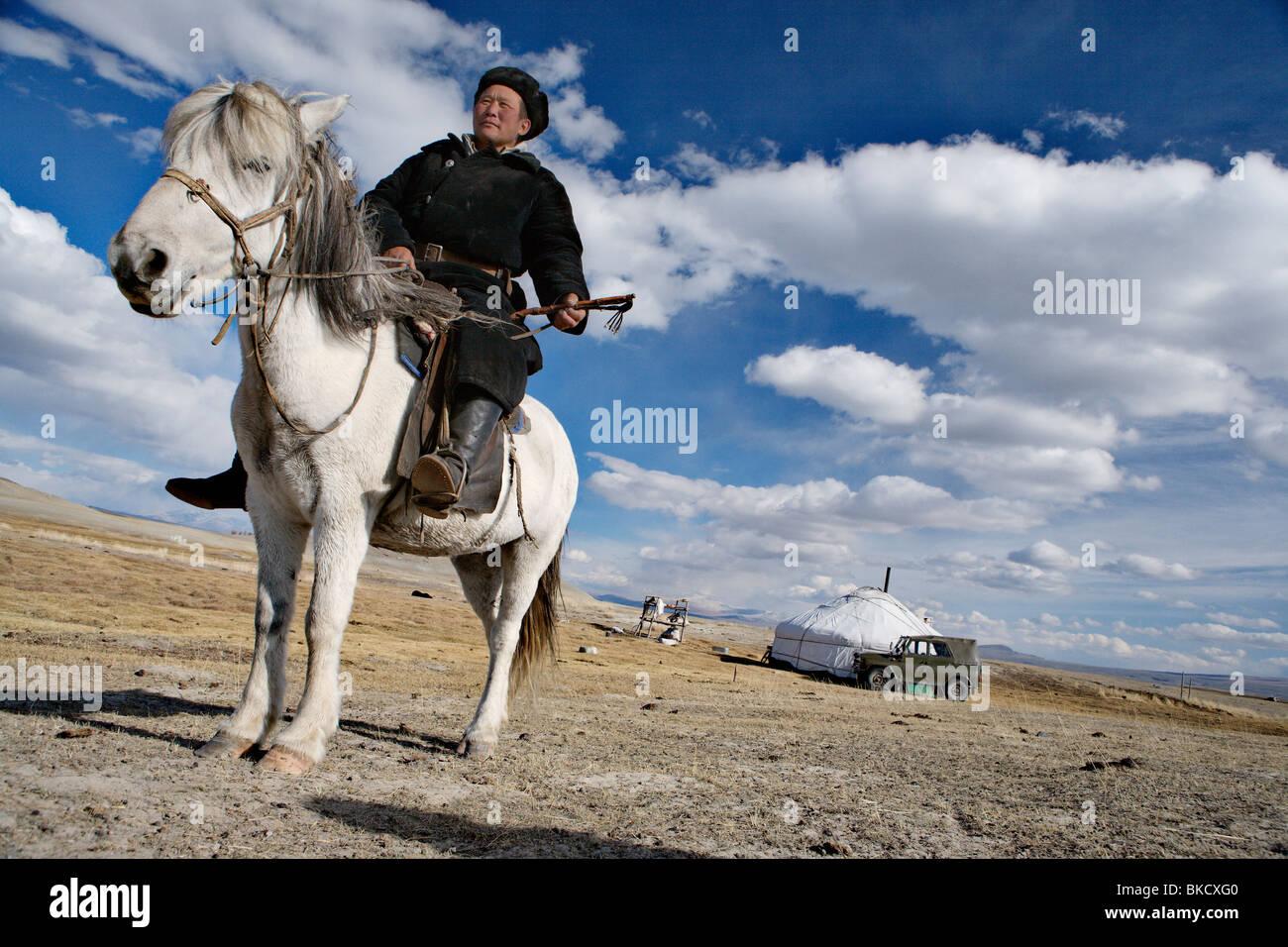 L'homme nomade devant son ger (yourte ou tente) estimé près de Tavan Bogd National Park, dans l'ouest de la Mongolie. Banque D'Images