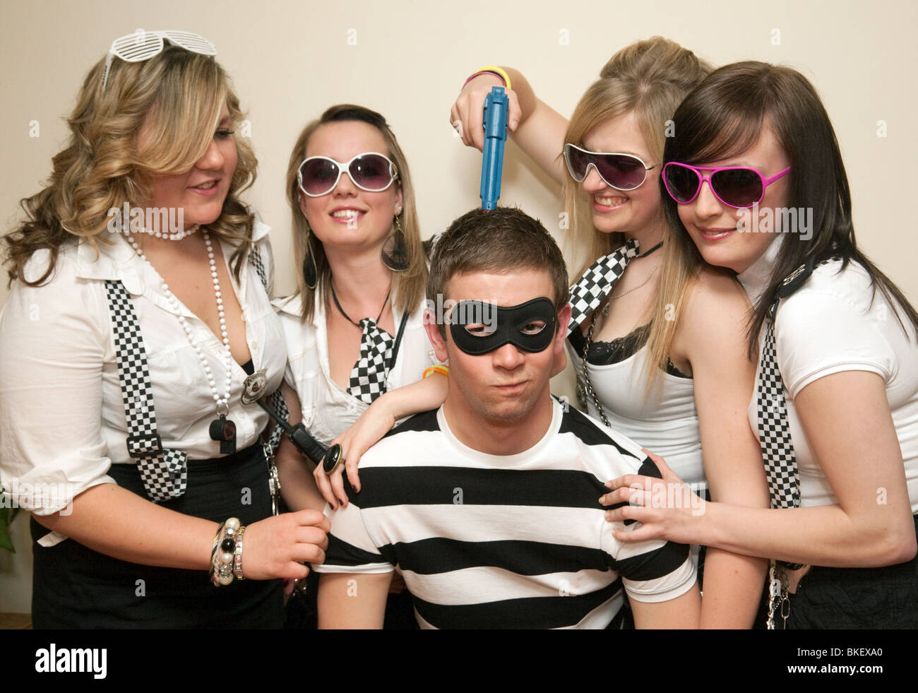 Les adolescents habillés pour aller à un flics et voleurs fancy dress party, UK Photo Stock