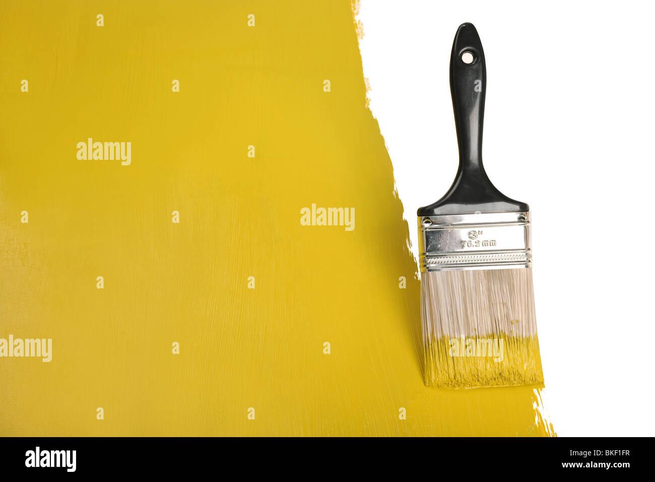 Mur de peinture au pinceau avec de la peinture jaune Photo Stock