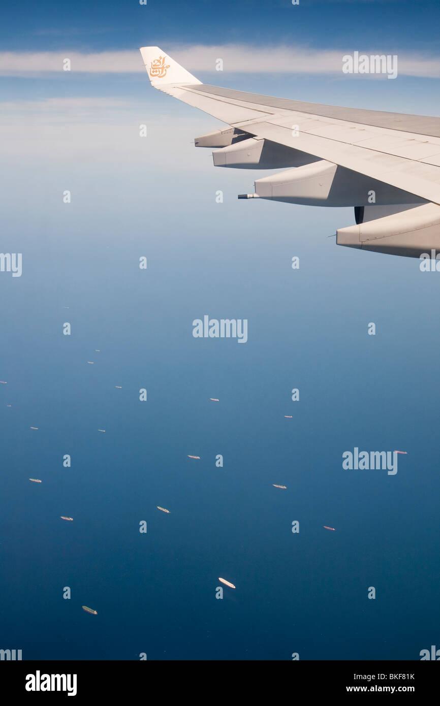 Un avion survolant le golfe Persique près de Dubaï avec une flotte de pétroliers ci-dessous laissant les champs de pétrole du golfe. Banque D'Images
