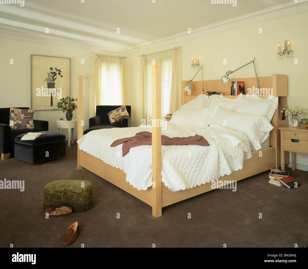 Lampes à angle sur tête de lit de bois clair lit avec ...