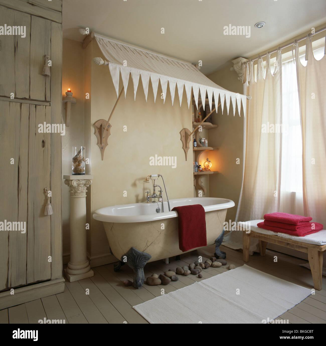 Meuble Salle De Bain Oakland ~ Au Dessus Du Couvert De Cr Me Une Baignoire Dans Une Salle De Bains