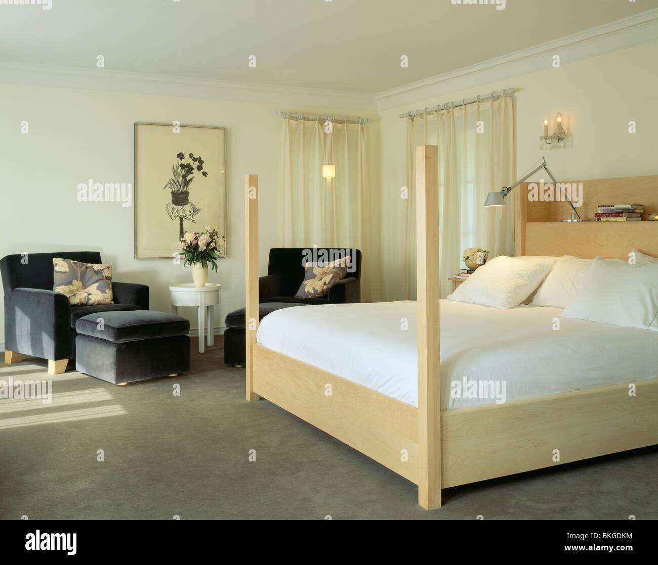 Sur lin blanc bois clair lit dans chambre à coucher moderne avec ...
