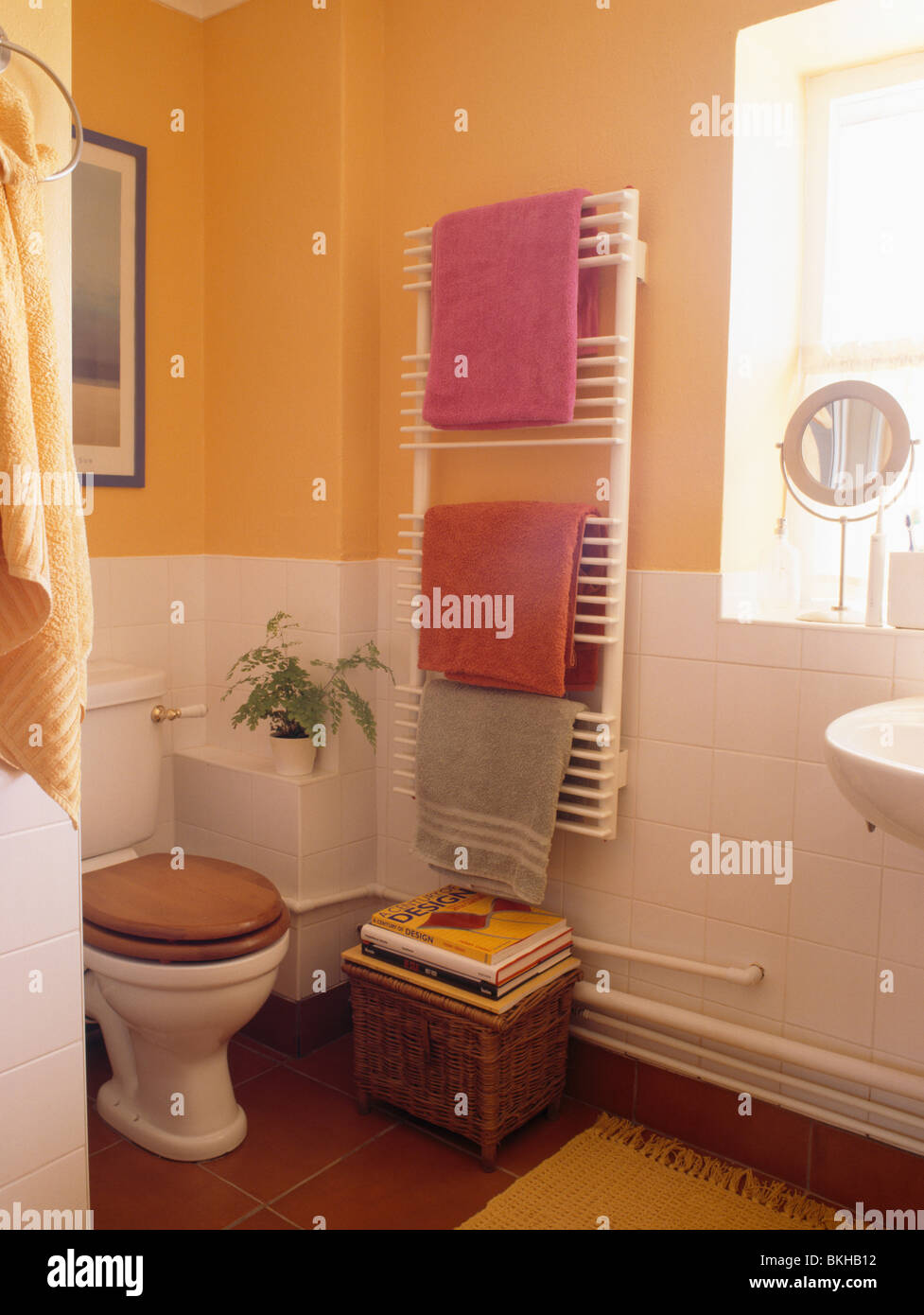 Serviettes rose sur radiateur mural à côté de toilettes avec siège ...