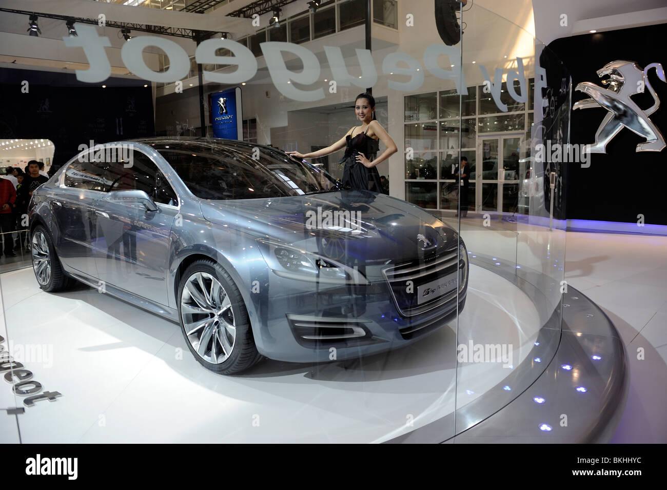 Un modèle pose par un 5 by Peugeot concept-car à l'Auto de Beijing. 24-Apr-2010 Photo Stock