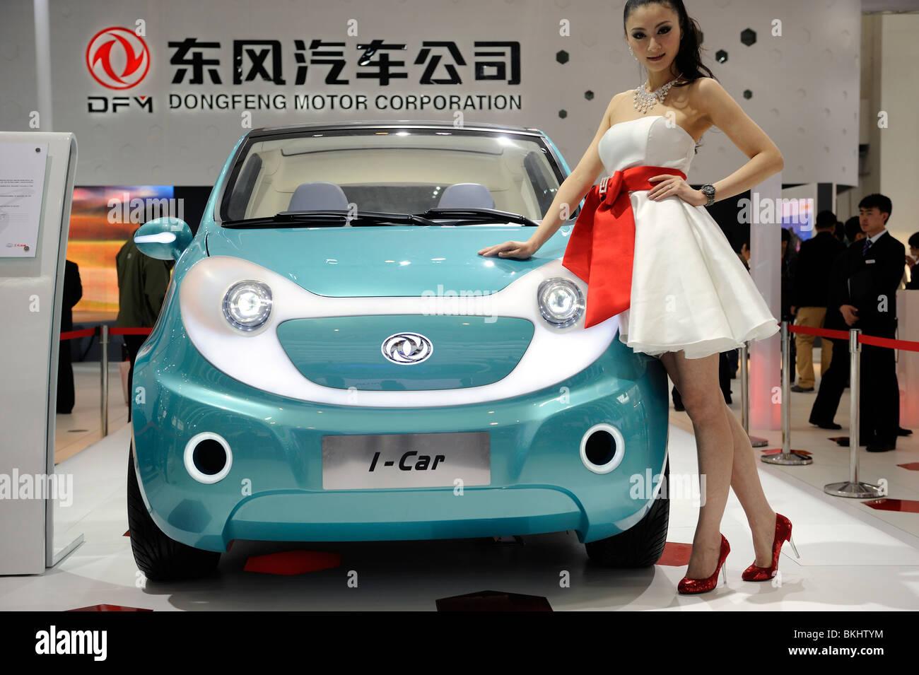 Un modèle pose à côté de Dongfeng Motor Group Co.'s I-Car véhicule concept, affichée Photo Stock