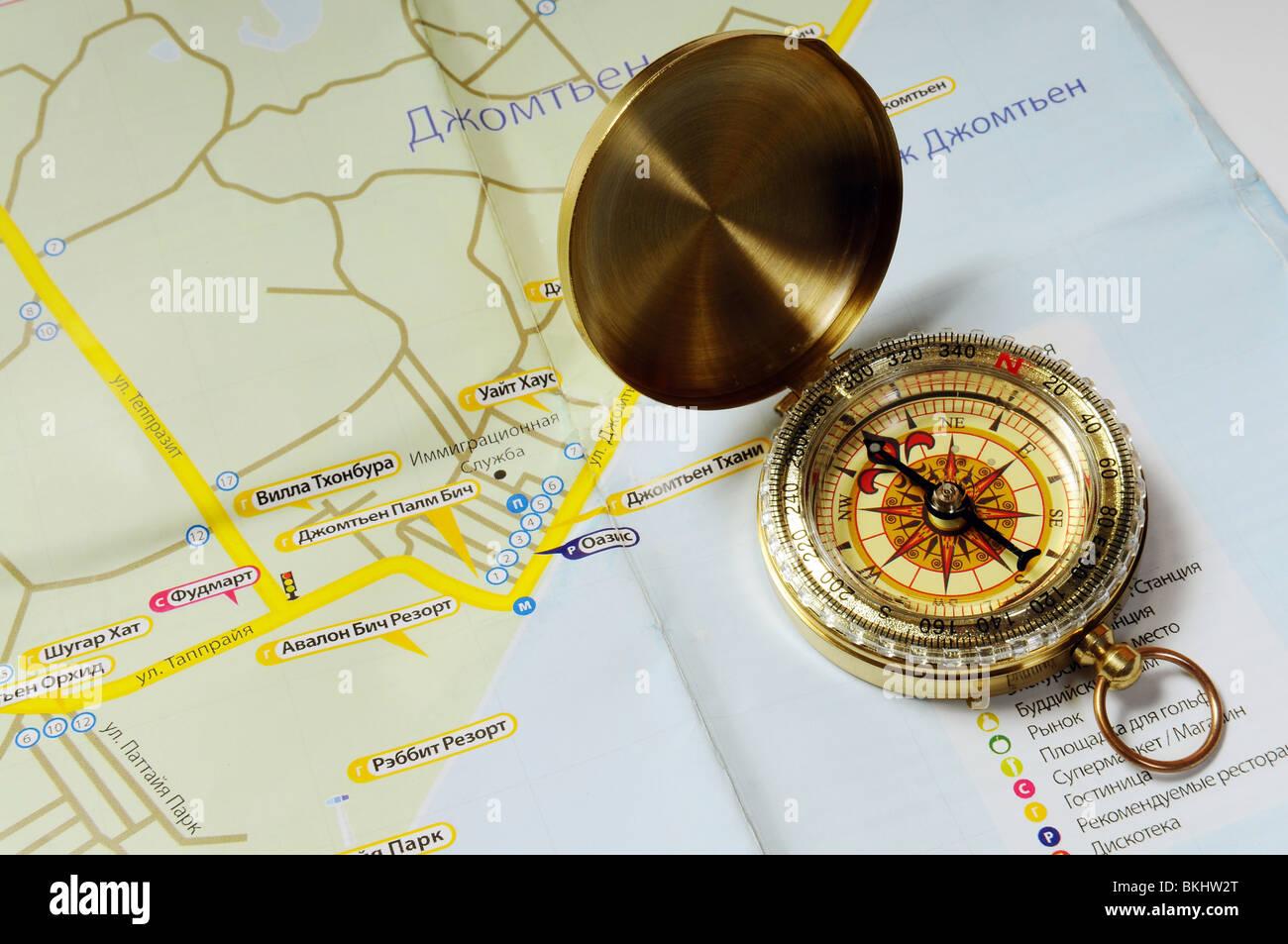 Ancien compas en laiton sur la carte touristique de la Thaïlande Photo Stock