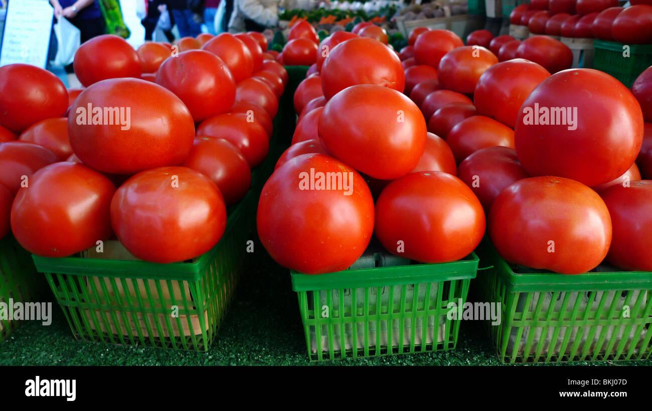 Les tomates biologiques fraîchement cueillies sur l'affichage à farmers market. Photo Stock
