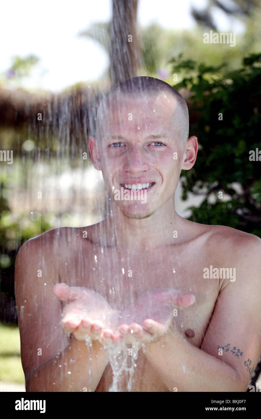 L'homme de prendre une douche Photo Stock