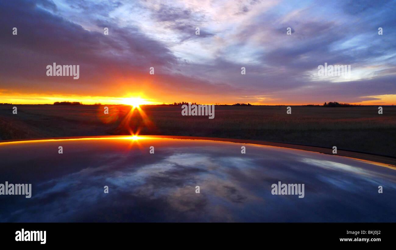 Lever du soleil canadien s'élève au-dessus de l'horizon rural. Photo Stock