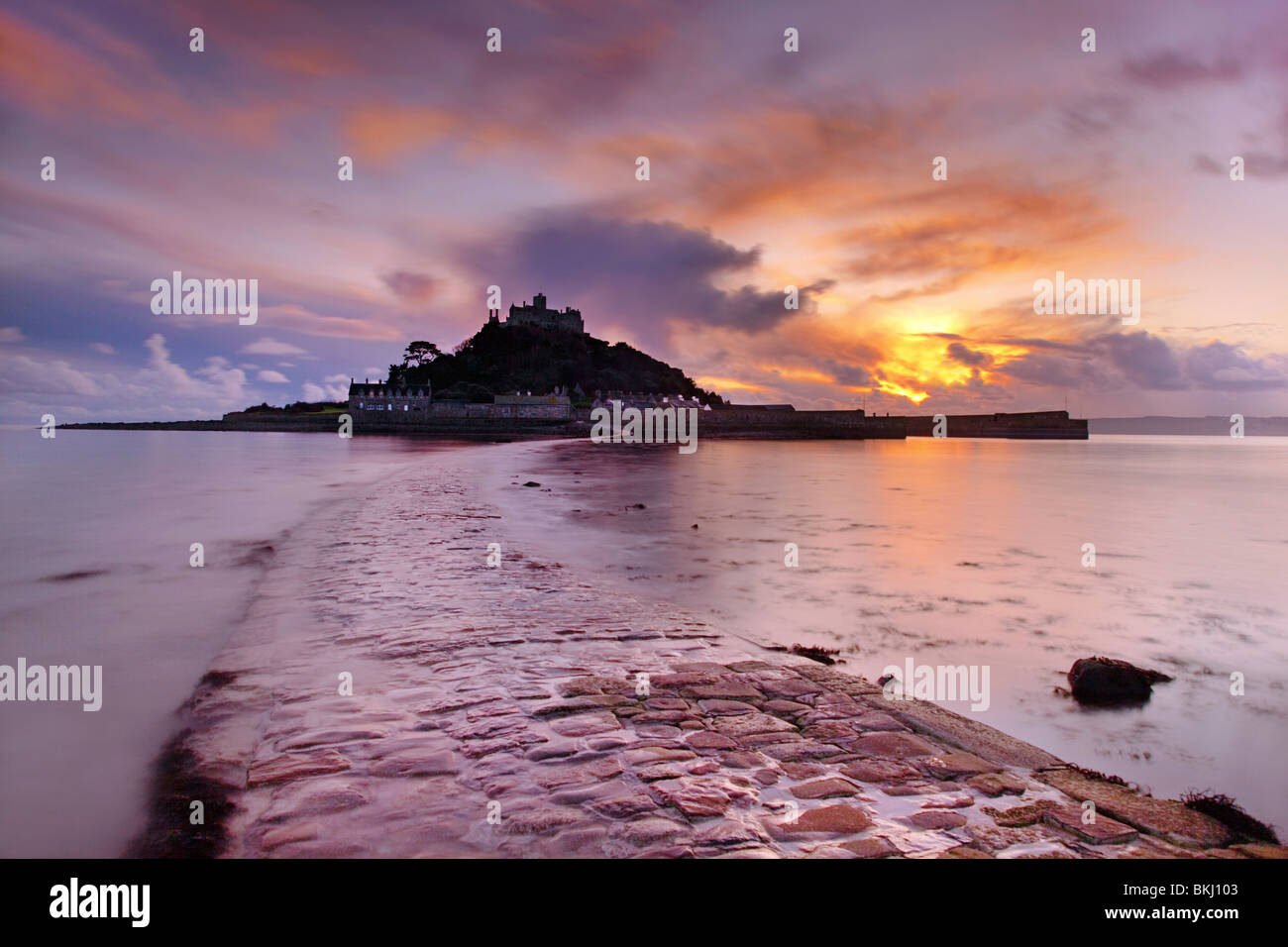 St Michael's Mount et causeway ; coucher du soleil ; Cornwall Photo Stock