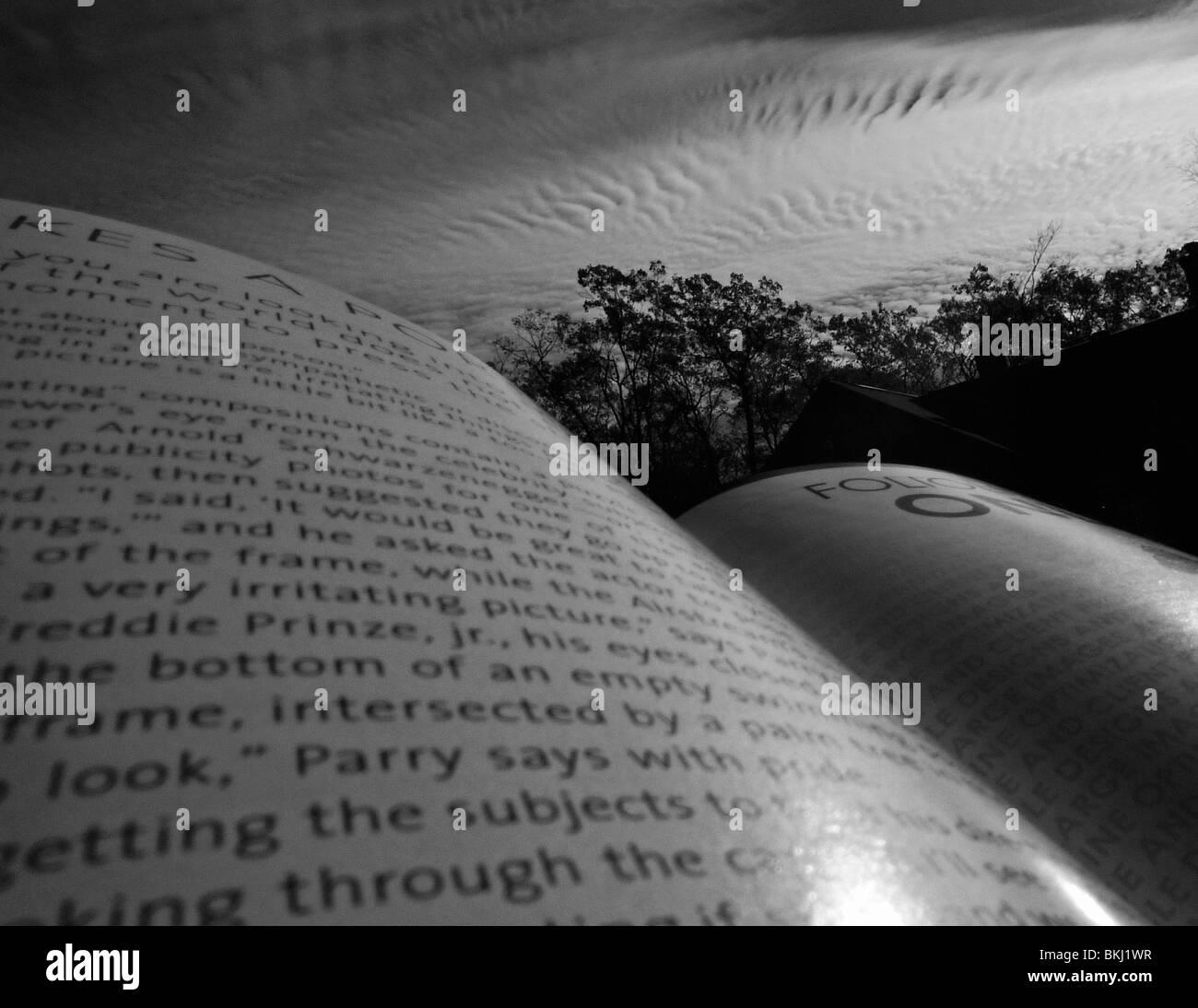 Magazine ouvert avec ciel abstrait en arrière-plan. Photo Stock