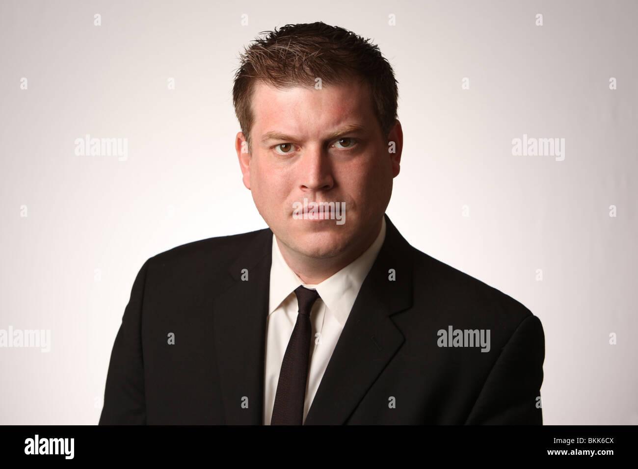 Entreprise sérieuse homme portant costume noir et cravate. © Katharine Andriotis Photo Stock