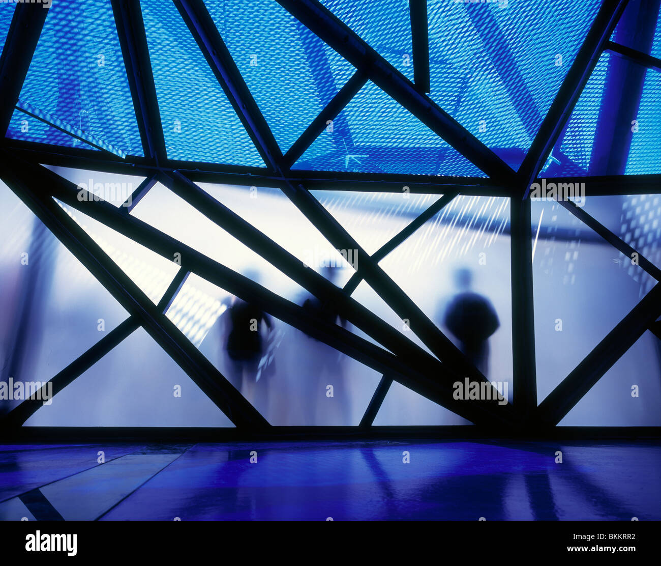 Silhouettes de personnes en face de futuristically conçu pavillon au Zaragoza, Espagne. Photo Stock
