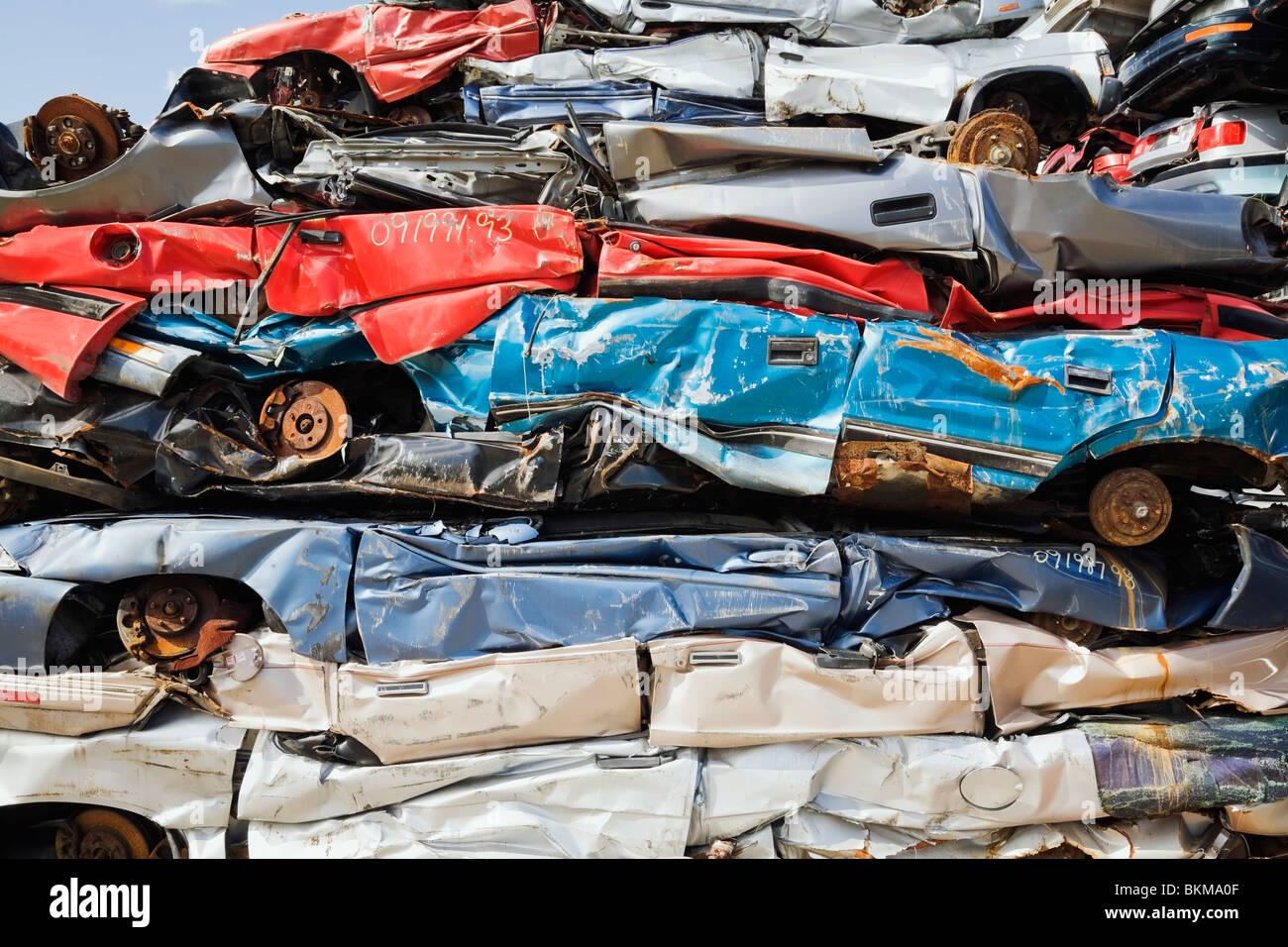 Québec, Canada; empilés et écrasé les automobiles à la ferraille Junkyard Photo Stock