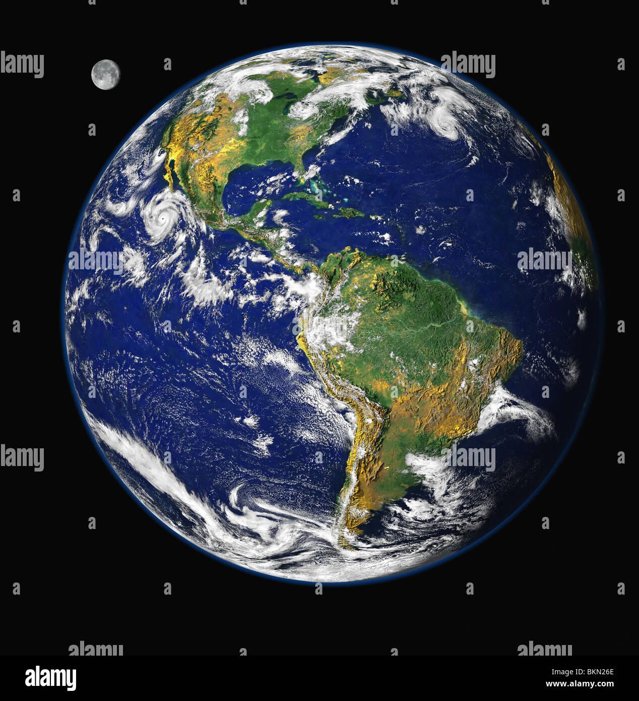 Terre et Lune vue de l'espace, avec l'Amérique du Nord & Amérique du Sud visible Photo Stock