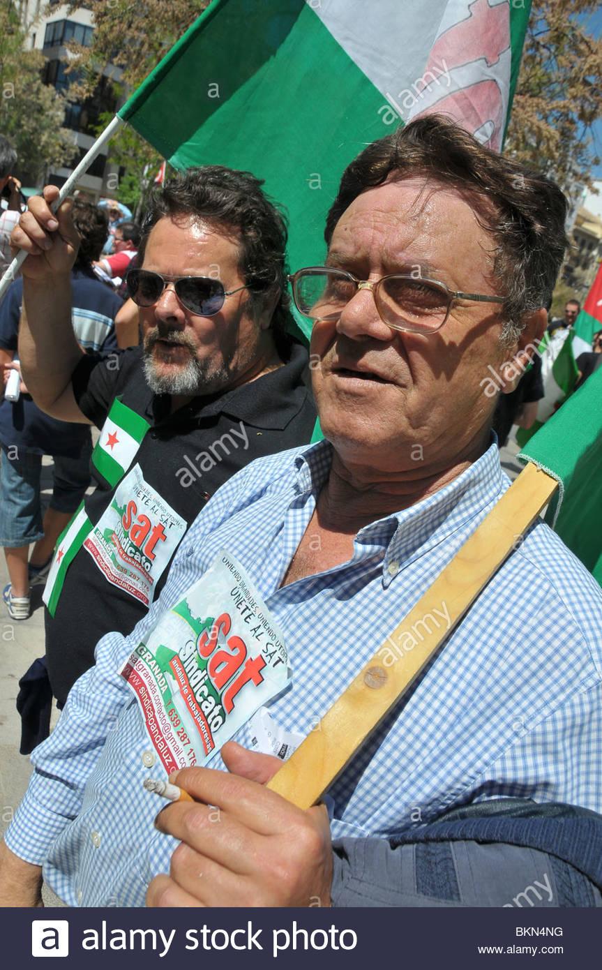 Fernado Piqueras (premier plan), un jour peut-être marcher, et son frère au cours de la journée de Photo Stock