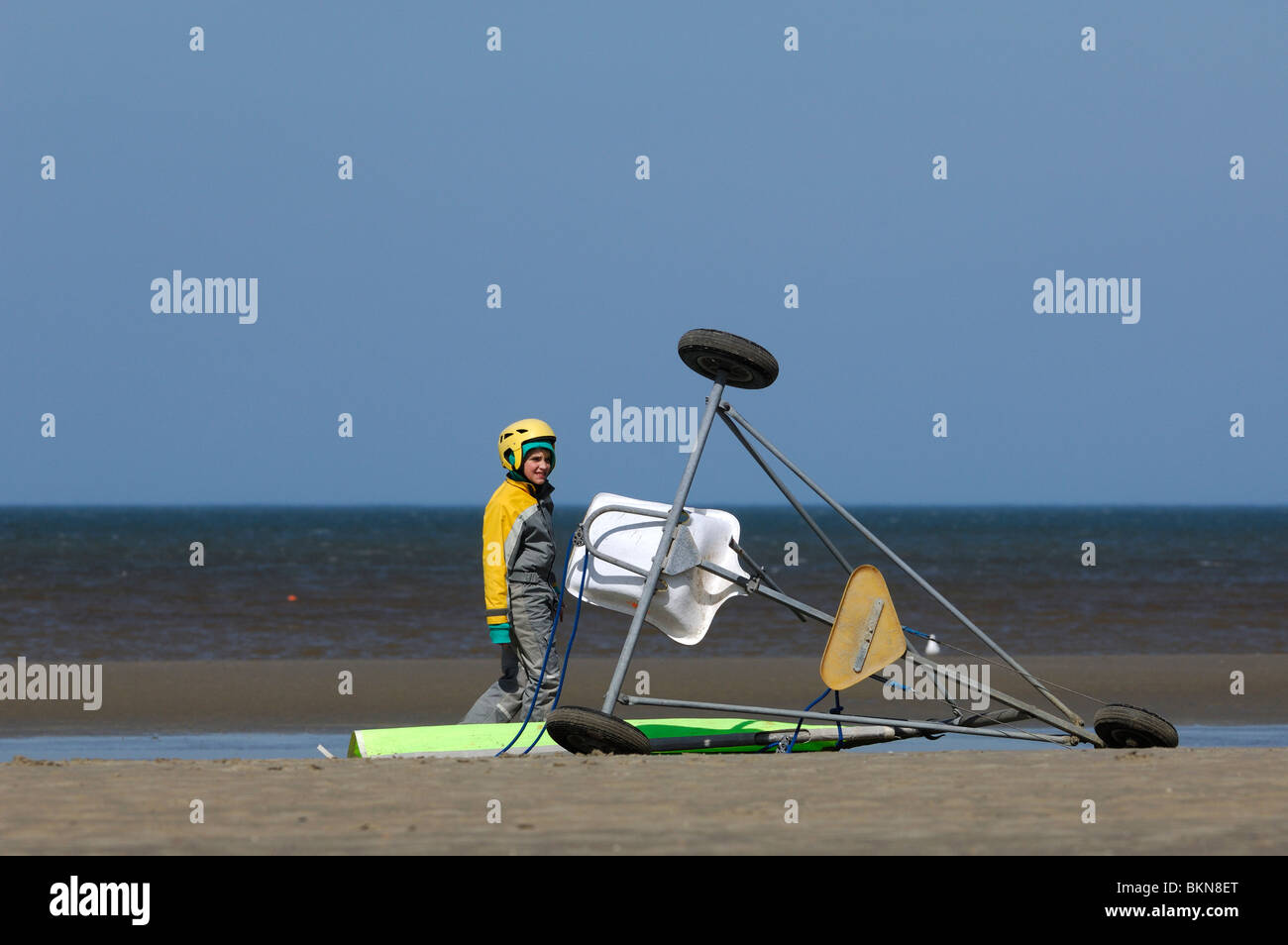Avec L Enfant Chavire Sail Yacht Sable Wagon Char A Voile Sur La Plage De De Panne Belgique Photo Stock Alamy