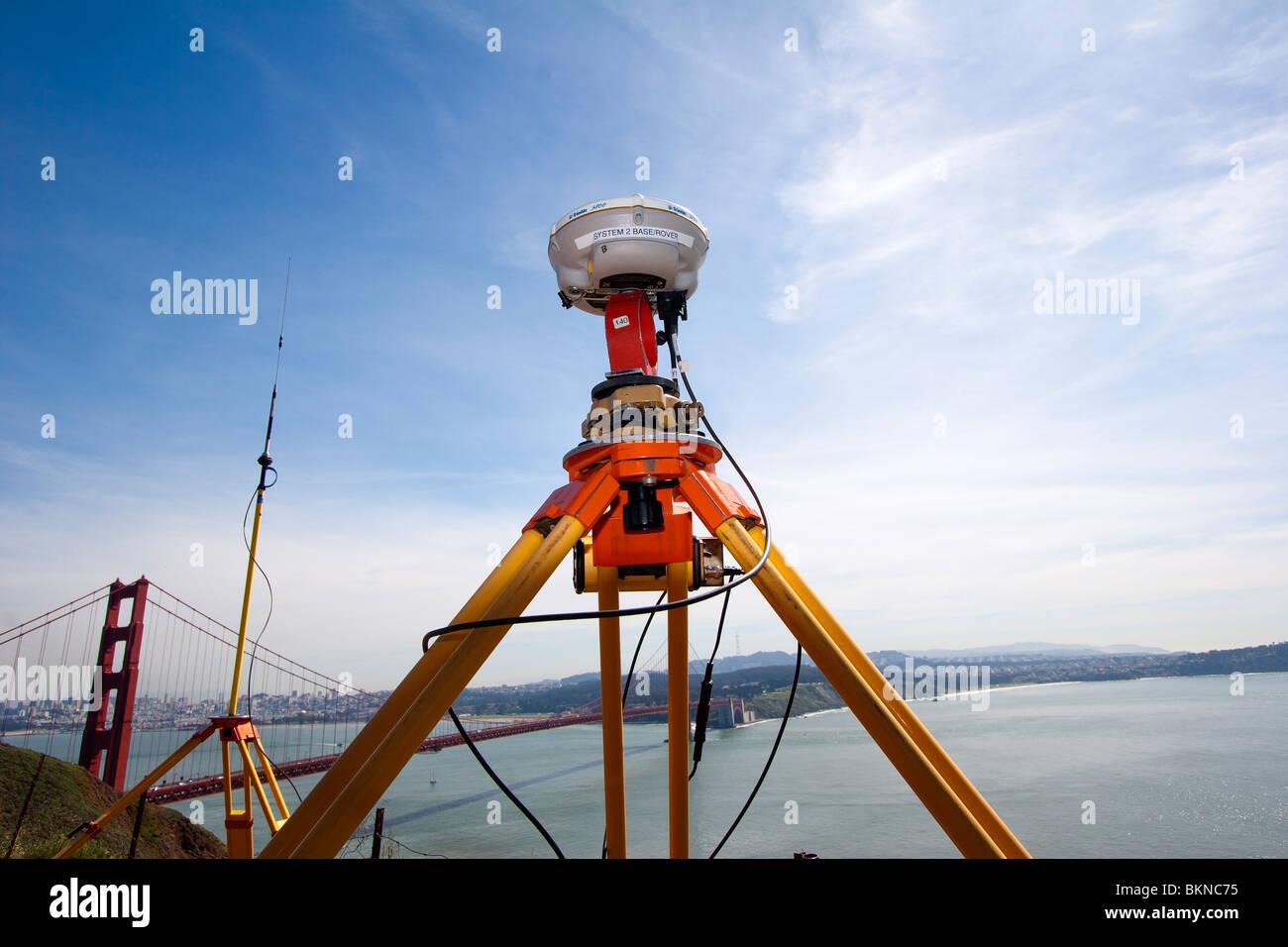 L'équipement d'arpentage près du Golden Gate Bridge, vraisemblablement pour la surveillance de Photo Stock