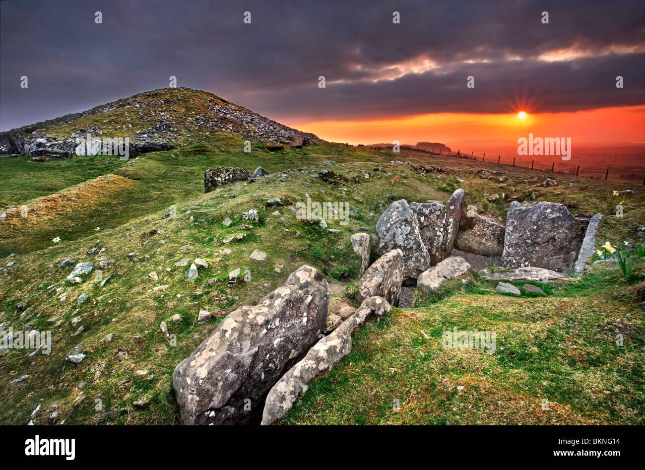 Cairn Loughcrew T en arrière-plan avec cairn U en premier plan. Capturé au crépuscule. Co Meath, Photo Stock