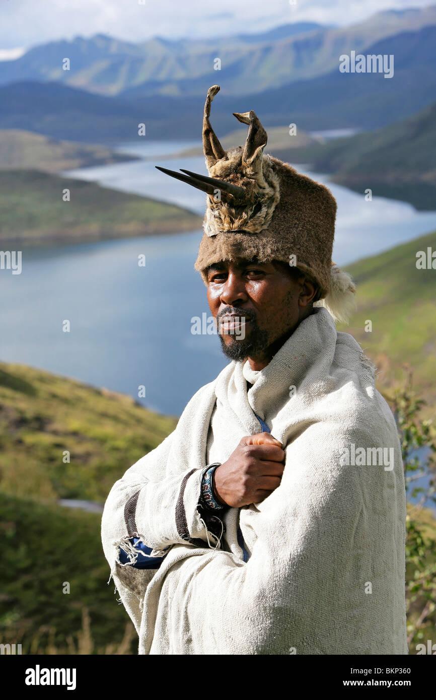 Chef de village dans son pansement traditionnel au-dessus du lac du barrage de Mohale dans les hautes terres du Photo Stock