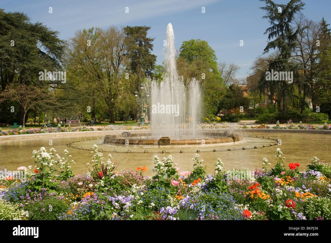 Jardin du Grand Rond et une fontaine avec de belles fleurs de Toulouse Midi-Pyrénées France Haue-Garonne Photo Stock