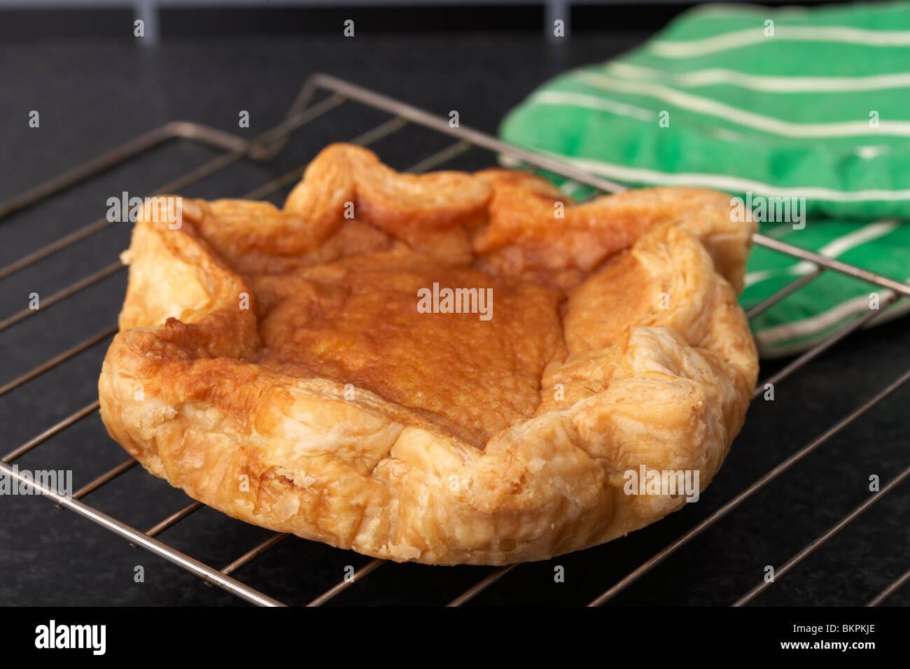 Pudding Bakewell original sur une grille dans une cuisine du Derbyshire Peak District England UK Photo Stock