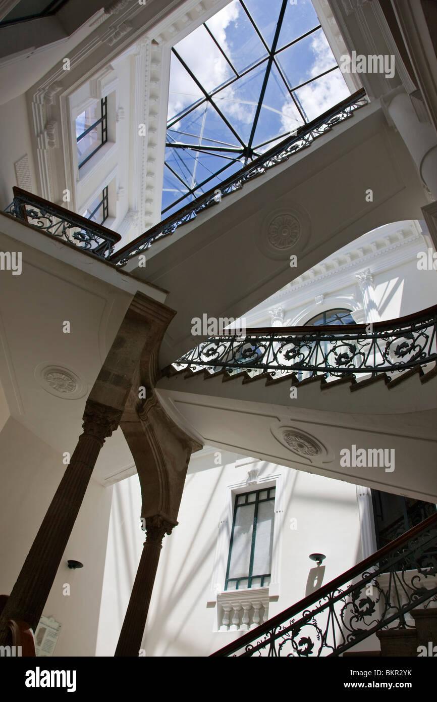 L'Équateur, escalier de la Metropolitan Centre culturel dans la vieille ville de Quito. Photo Stock