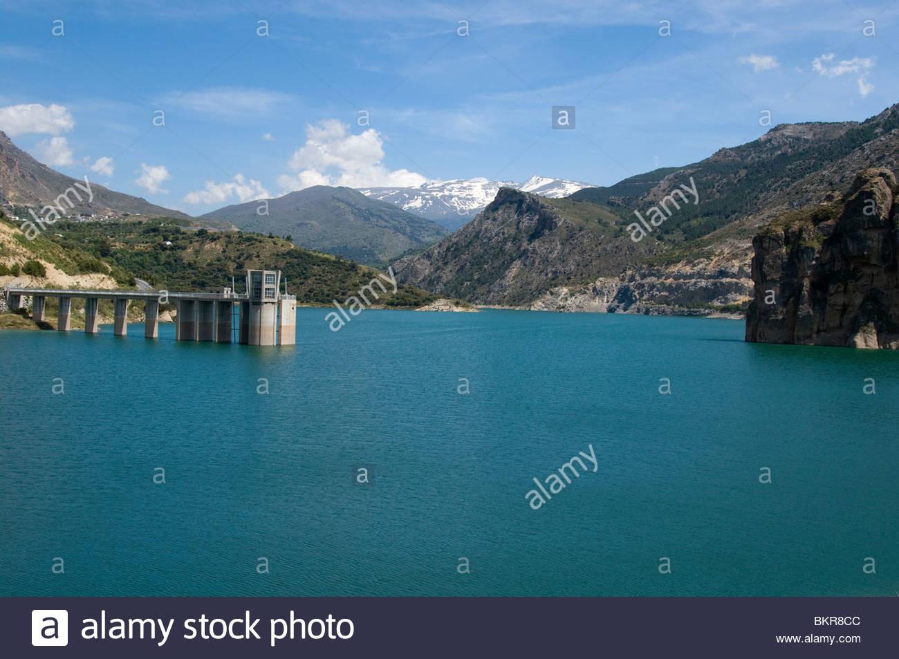 Le barrage et le réservoir d'eau de Canales, sur la rivière Genil, près de Grenade.. Le mur de Photo Stock