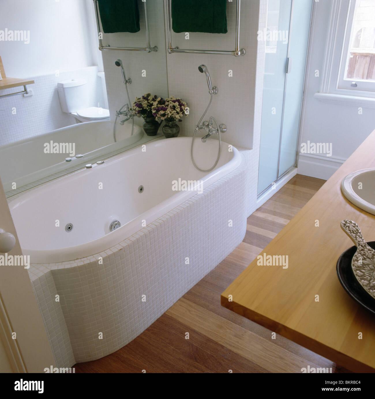 Grand miroir au-dessus de baignoire avec mosaïque blanc blanc salle ...