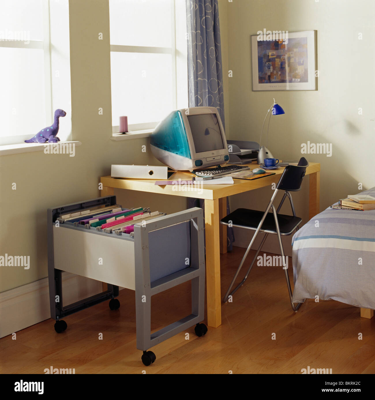 Apple Computer sur petit bureau en home-office moderne de ...