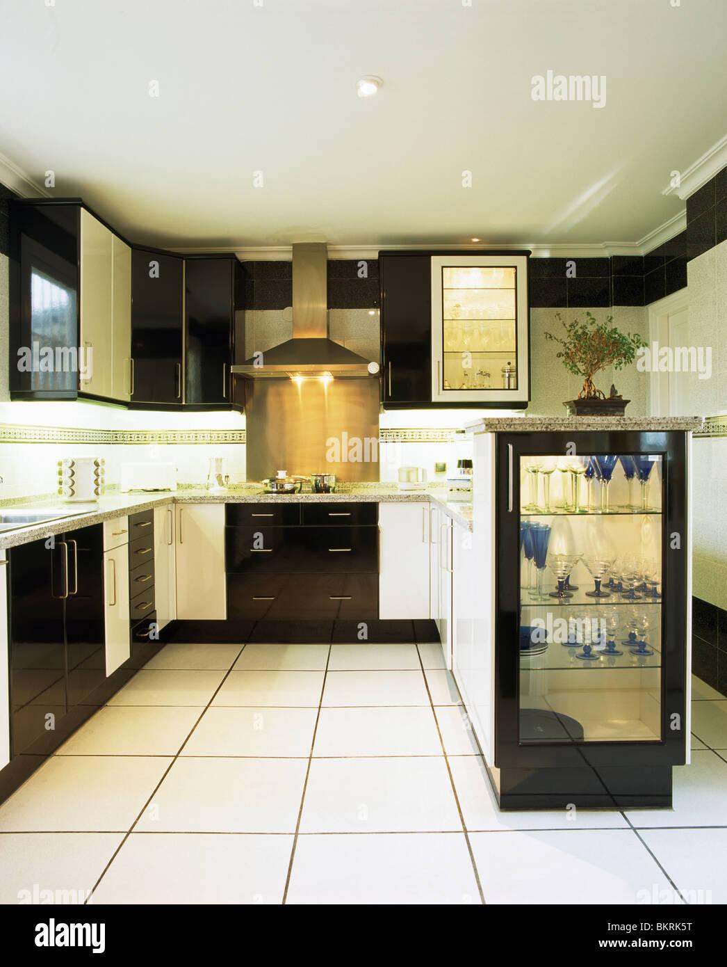 Noir Et Blanc Moderne Cuisine Avec Carrelage En Céramique Blanche Et  Lu0027éclairage En Armoire Avec étagères En Verre