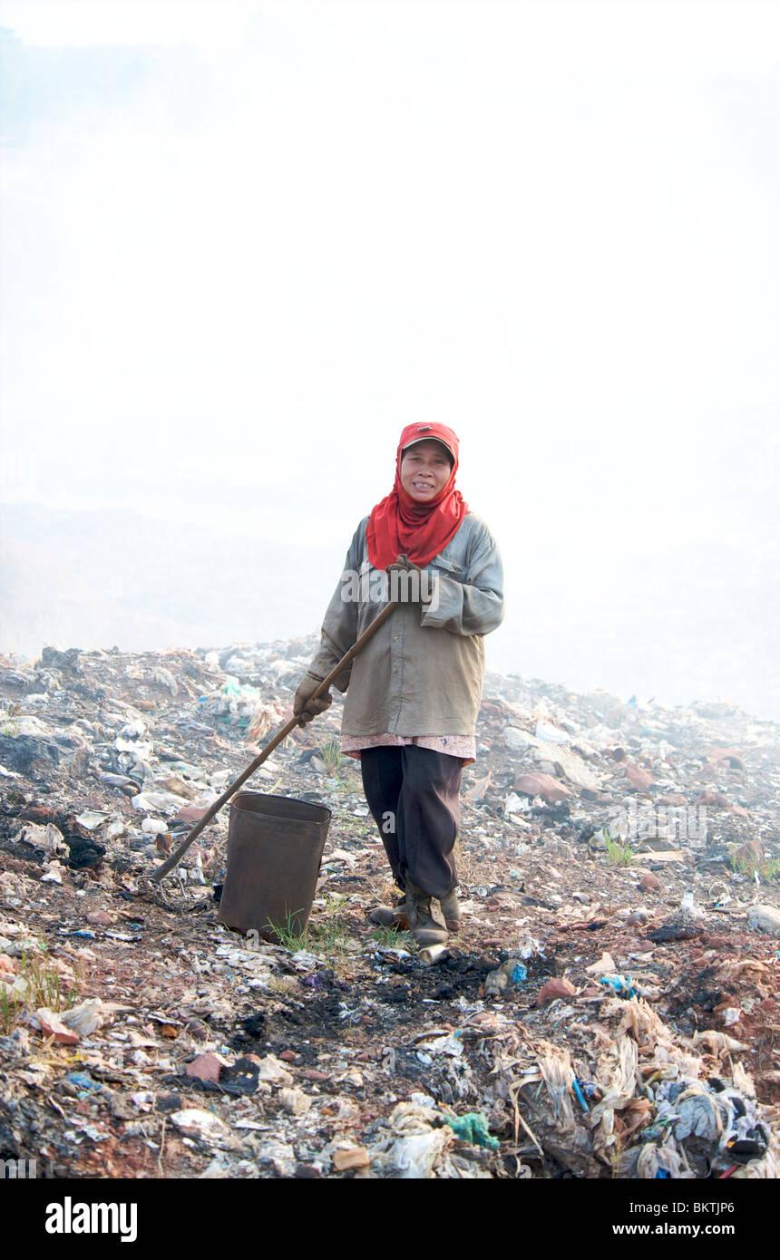 Les pauvres part tri des déchets pour recyclage dans une décharge en Thaïlande. Photo Stock