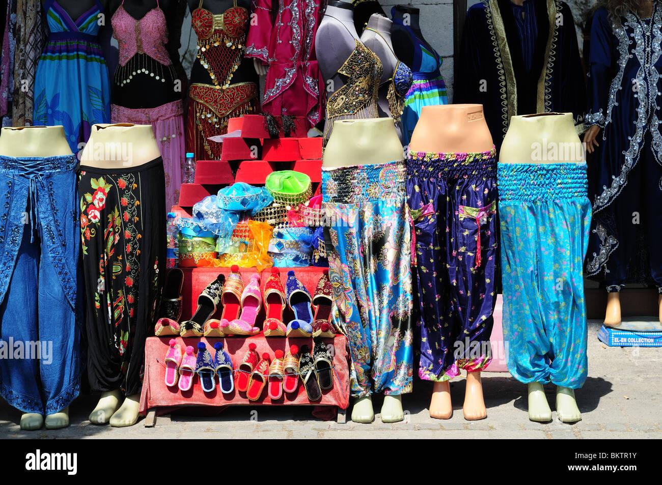 Vêtements traditionnels turcs et des chaussons au Grand Bazar Istanbul  Turquie Asie Mineure Photo Stock c9b3d873e19