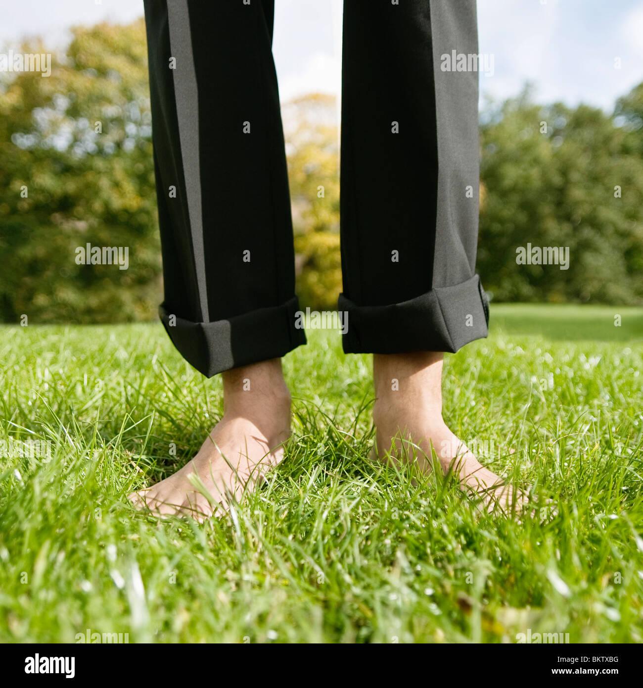 Pieds nus sur la pelouse Photo Stock