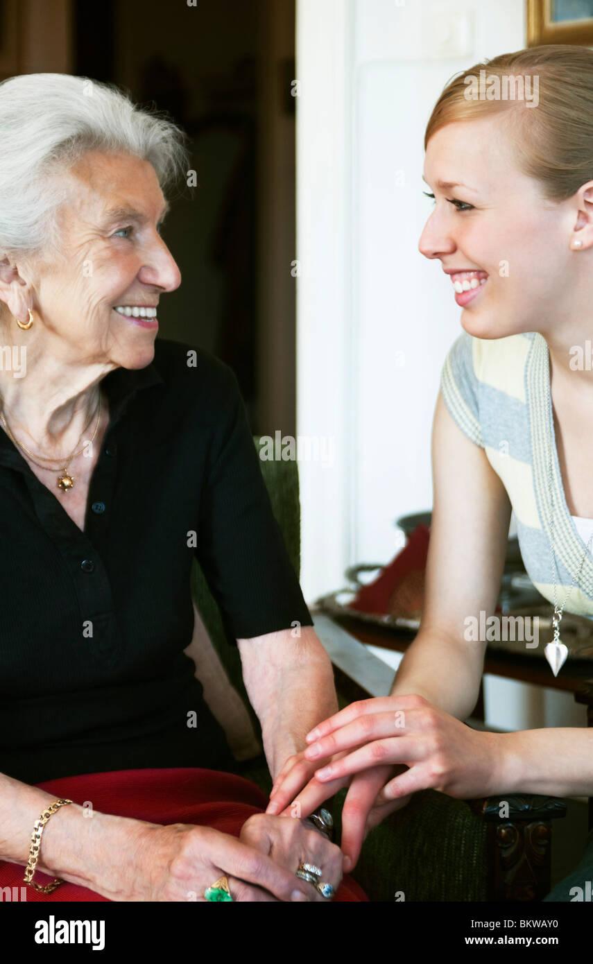 Femme prendre soin de personnes âgées dame Banque D'Images