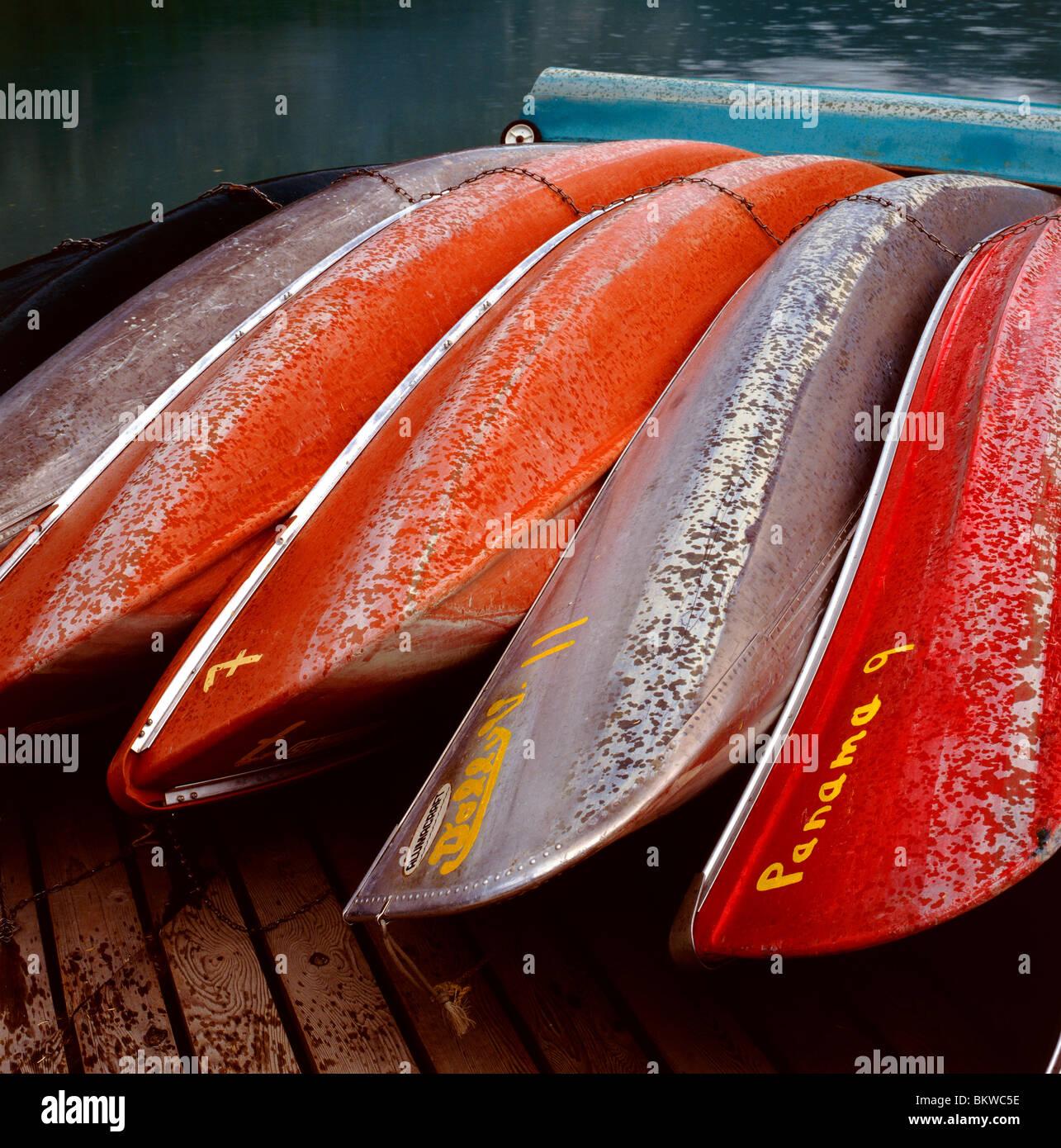 Canoës colorés sur le quai dans la pluie, le lac Emerald, le parc national Yoho, Colombie-Britannique, Photo Stock