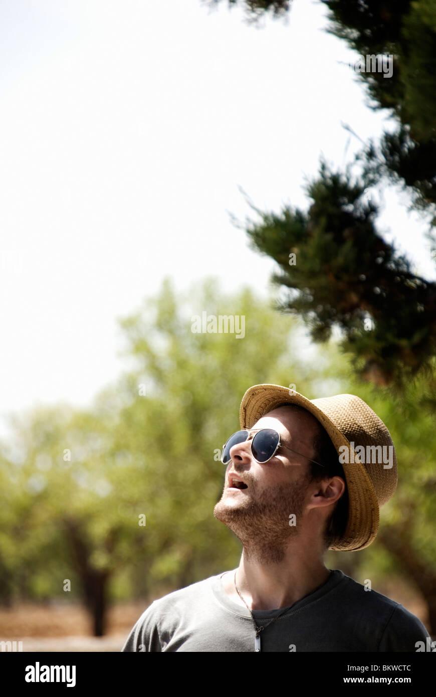 L'homme avec des lunettes de soleil et chapeau de soleil Photo Stock