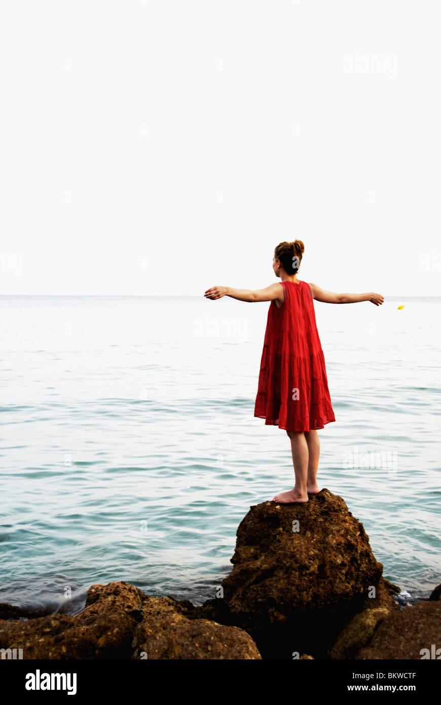 Femme sur rocher Photo Stock