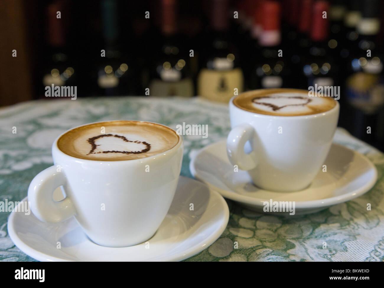 Italie, Toscane, de l'amour dans les coeurs de mousse Cappuccino Photo Stock