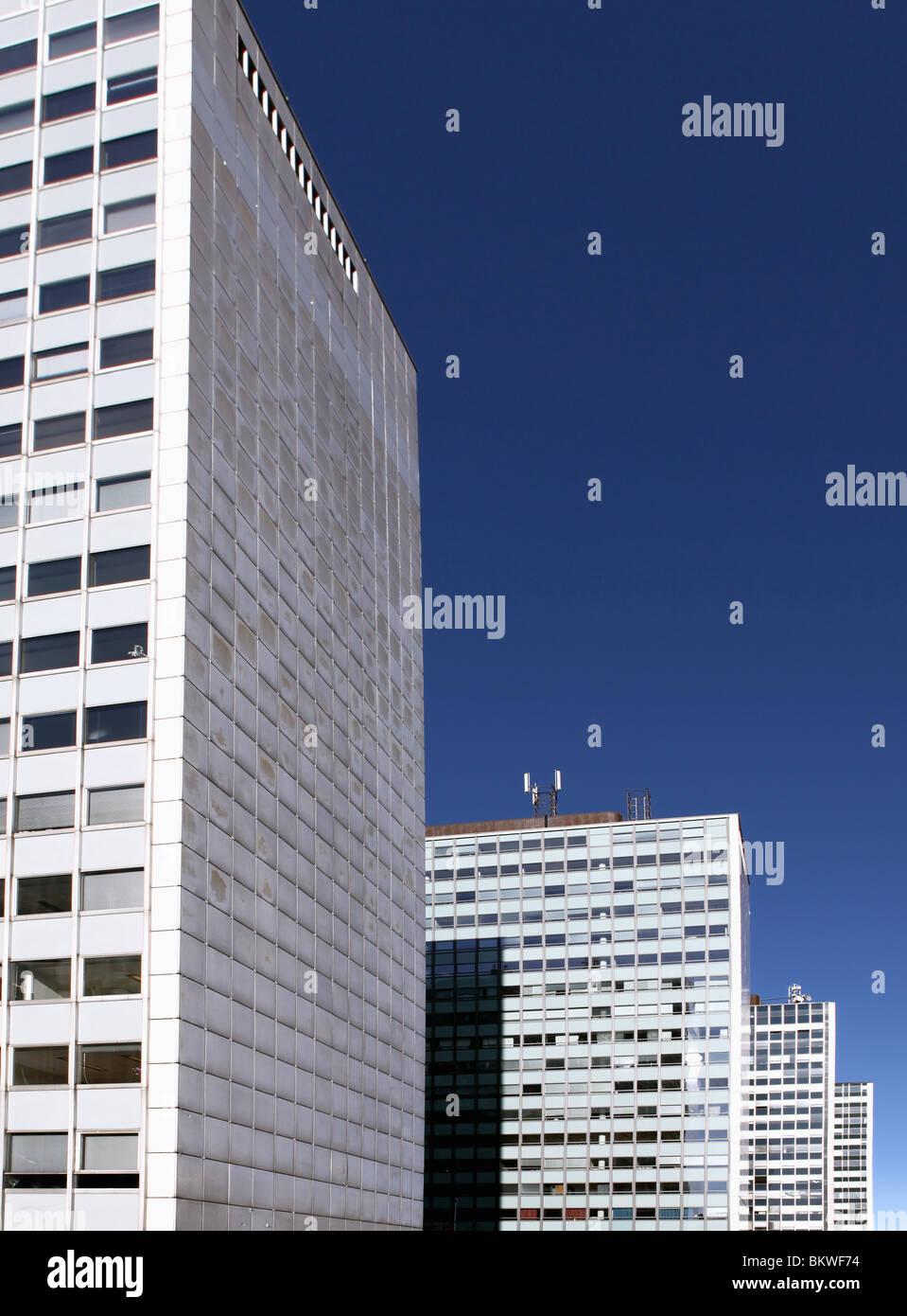 De grands immeubles d'habitation contre le ciel bleu Photo Stock